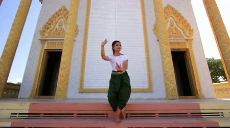 festivais : Beautiful Asian Girl performs cambodian folk dance in temple