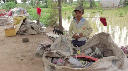 classify : Garbage gatherer childs in cambodia