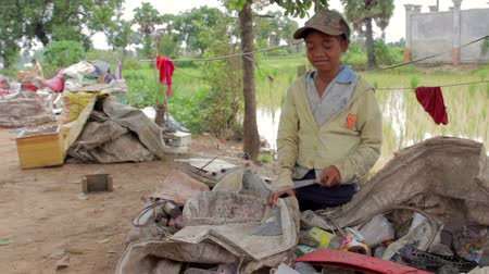 kolektor : Garbage gatherer childs in cambodia