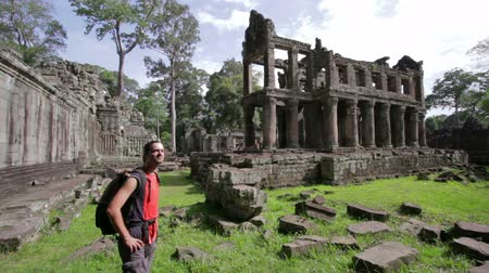 ruiny : Backpacker looking preah khan temple, angkor, cambodia Wideo