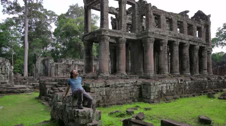 Ангкор : Backpacker sitting in preah khan temple, angkor, cambodia