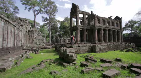 Ангкор : Backpacker feeling freedom in preah khan temple, angkor, cambodia