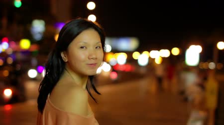 ülő : Happy chinese young woman in city center at night