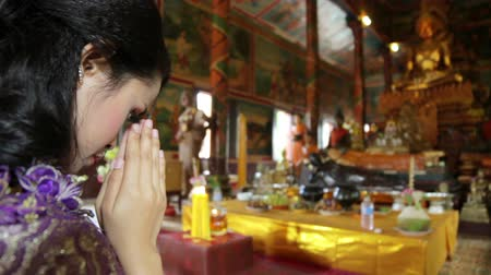 tajlandia : Asian girl praying in temple, wat, pagoda, Phnom Penh, Cambodia