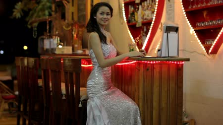 tek başına : gorgeous asian woman alone at bar