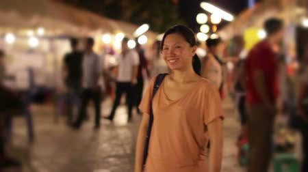 centrum : Chinese Young Woman Shopping at asian night market Dostupné videozáznamy