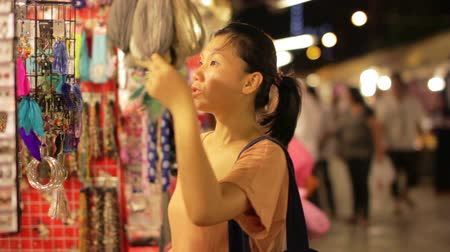 suvenýry : Chinese Young Woman Shopping at asian night market Dostupné videozáznamy