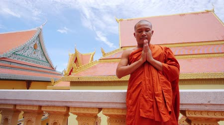 sagrado : buddhist monk with orange robe pray in temple Vídeos