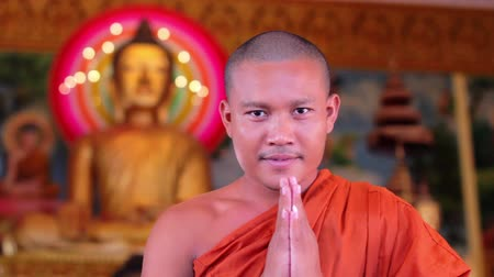 budist : buddhist monk with orange robe pray in temple Stok Video