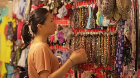 bugiganga : Chinese Young Woman Shopping at asian night market Vídeos