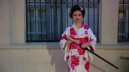 samuraj : Japanese geisha samurai with sword outside at night Wideo