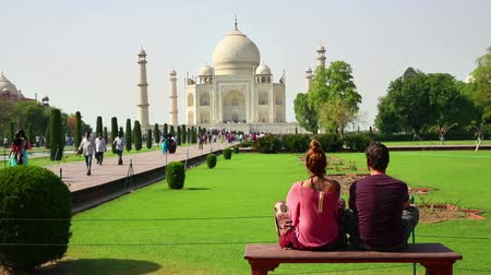 caucasiano : Caucasian Tourist Couple Traveling India, Looking Taj Mahal