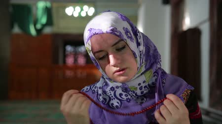 modlitba : Muslim girl saying her everyday salat prayer