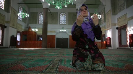 modlitba : Muslim girl saying her everyday salat prayer, close up