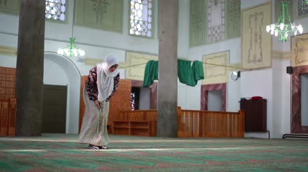 modlitba : Muslim girl saying her everyday salat prayer in mosque Dostupné videozáznamy