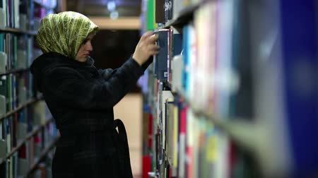 raf : Female student wandering between shelves, searching for books