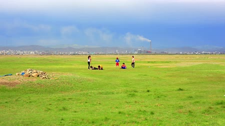 gép : Mongolian Kids are playing at steppe of ulaanbaatar suburbs