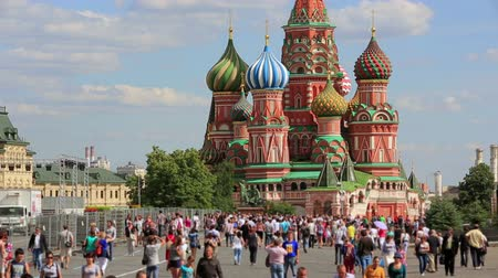 rusya : People around Saint Basils Cathedral, Moscow, Russia