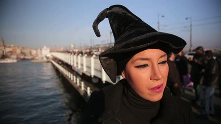 камедь : Woman with witch hat outside istanbul city Стоковые видеозаписи