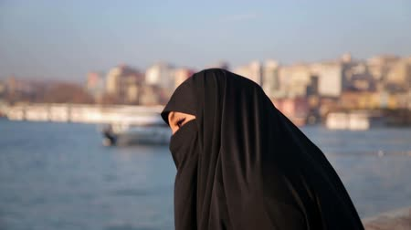 arabština : Woman dressed with black headscarf, chador on istanbul street, turkey