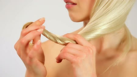 blond vlasy : Gorgeous sexy woman showing shiny healthy hair, studio