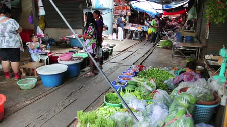 Канчанабури : KANCHANABURI, THAILAND - FEBRUARY 2014: People passing through folding umbrella market