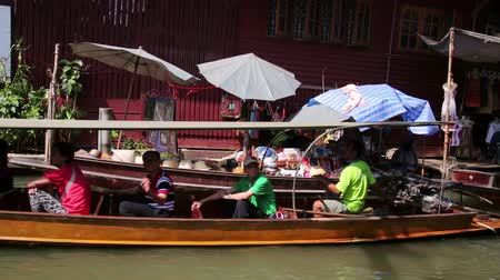 плавающий : BANGKOK, THAILAND - FEBRUARY 2014: people at floating market