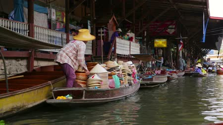 рынок : BANGKOK, THAILAND - FEBRUARY 2014: people at floating market