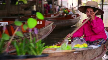 tajlandia : BANGKOK, THAILAND - FEBRUARY 2014: people at floating market