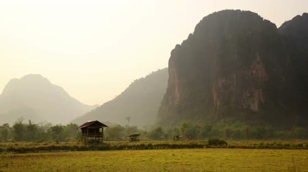 hátizsákkal : Backpacker heaven, Vang Vieng with limestone mountains, Laos