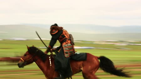средневековый : ULAANBAATAR, MONGOLIA - JULY 2013: Mangudai, Mongolian Medieval Warrior Shows during Naadam Festival Стоковые видеозаписи