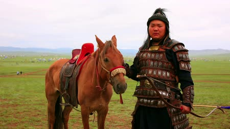 okçuluk : ULAANBAATAR, MONGOLIA - JULY 2013: Naadam Festival Horse Archery Crew with horse and traditional medieval outfit, posing Stok Video