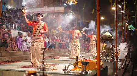 religioso : VARANASI, INDIA - MAY 2013: Night scene with religious praying ceremony by Ganges River in Varanasi, India