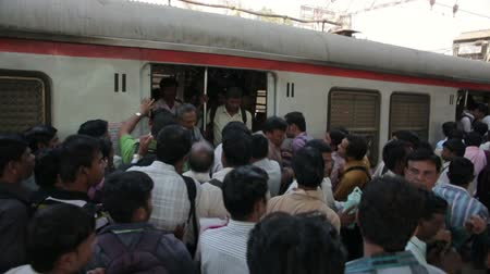 toló : MUMBAI, INDIA - MARCH 2013: People getting on and off a overcrowded train carriage during the rush hour