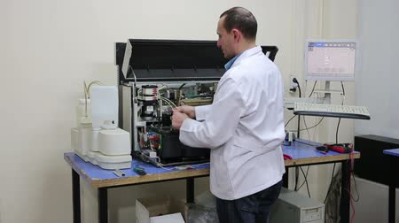 laboratorní plášť : IZMIR, TURKEY - JANUARY 2013: Male technician preparing laboratory equipment at Hospital laboratory