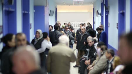 прихожая : IZMIR, TURKEY - JANUARY 2013: People waiting in hospital corridor Стоковые видеозаписи