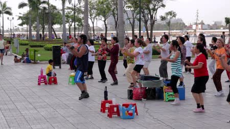 подготовке : PHNOM PENH - JUNE 2012: outdoor tai chi in city center