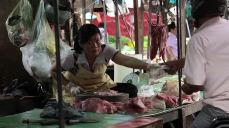 frango : PHNOM PENH - JUNE 2012: local asian market butchers Stock Footage