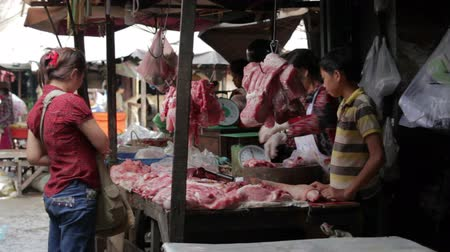 hijenik olmayan : PHNOM PENH - JUNE 2012: local asian market butchers Stok Video