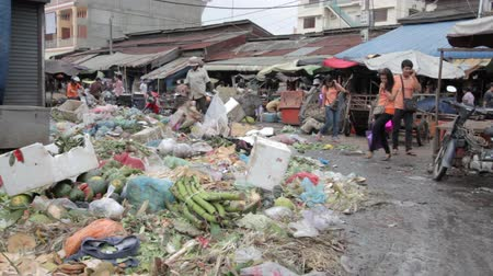 guba : PHNOM PENH - JUNE 2012: local asian market dumping Stock mozgókép