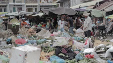 hijenik olmayan : PHNOM PENH - JUNE 2012: local asian market dumping Stok Video