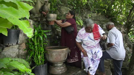 ayin : PHNOM PENH - JUNE 2012: indians wash hair with holy water Stok Video