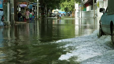 повреждение : Street under flood in Bangkok Thailand. Life continues Стоковые видеозаписи