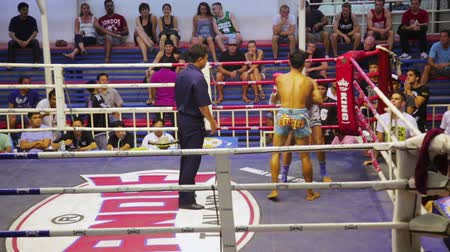 gevecht : PHUKET, THAILAND - juni 2014: Muay Thai doos past Stockvideo