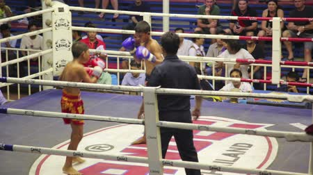boksring : PHUKET, THAILAND - juni 2014: Muay Thai doos past Stockvideo