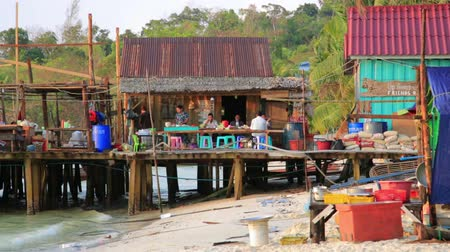набережная : KOH RONG, CAMBODIA - MARCH 2014: noodle restaurant on waterfront Стоковые видеозаписи