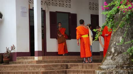 uczenie się : LUANG PRABANG, LAOS - APRIL 2014: Buddhist school education, monk learning their teaching, Laos