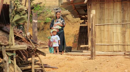 törzsi : PONGSALI, LAOS - APRIL 2014: indigenous native tribal people, Akha tribe village