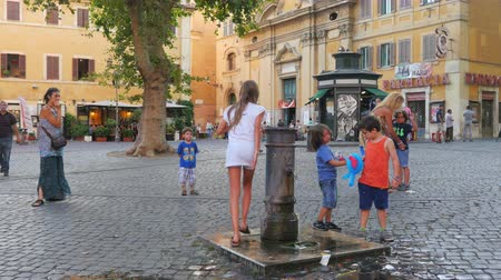 İtalyan : ROME - ITALY, AUGUST 2015: drinking tap water from fountain
