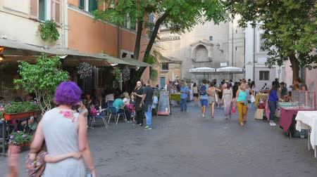 İtalyan : ROME - ITALY, AUGUST 2015: people travel enjoy on streets